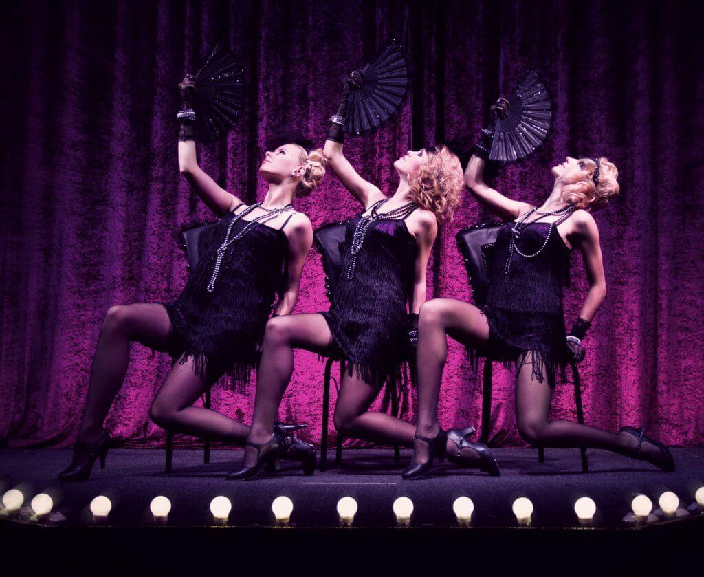 Танец демонстрирующие ножки одним