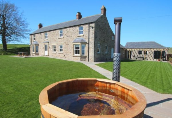 Yorkshire Retreats Hot Tub a 3