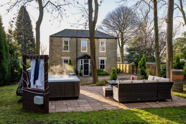 northumberland hen house with hot tub